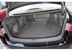 Объем багажника в сравнении с предыдущим «Аккордом» не изменился – 460 литров, средний показатель в классе. А вот погрузочная высота на 80 мм уменьшилась.