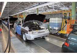В цехе окончательной сборки ВАЗов 2 конвейера: на одном – автомобили CKD-сборки, на другом – собираемые крупноузловым методом.