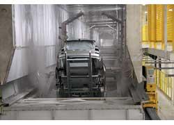 Кузов «купает» в ванне катафореза специальный робот – варио-шаттл. Такая процедура одинакова для ВАЗов и Hyundai.