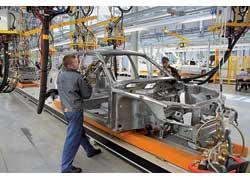 Далее на готовый каркас сварочными клещами доваривают другие части кузова будущего автомобиля.