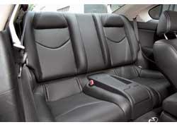 Сзади поместятся только двое - сиденья разделены пластиковой консолью с подстаканниками. Головы пассажирам приходится беречь.
