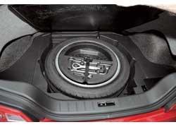 Багажник неглубокий, так как под его полом «запаска» с инструментом, а под днищем – «хитрая» подвеска.
