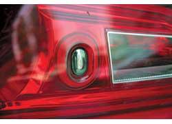 Кнопка открытия самого багажника – в заднем фонаре.