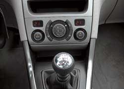Раздельный климат-контроль для водителя и пассажира предлагается в качестве опции.