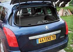 Открывающееся отдельно стекло задней двери существенно облегчает погрузку небольшого багажа на тесных парковках.