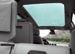 Панорамная крыша, переходящая в лобовое стекло, обеспечивает в салоне Peugeot 308SW ощущение простора и наполняет его светом.