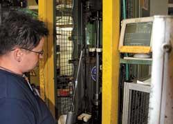Герметичность уплотнений проверяется дважды – непосредственно на станке, где происходит заправка труб газом и маслом (на фото), и в так называемом черном ящике – лучами ультрафиолета. Контролю подвергаются 100% изделий.