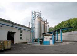 Амортизаторы заправляют специальным маслом при температуре 20°С. Такой температурный режим поддерживается в каждой из четырех цистерн круглый год.