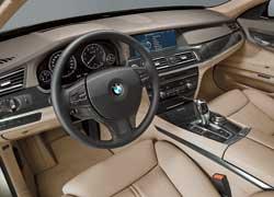 Новинка получила совершенно новую центральную консоль, повернутую, как в старые добрые времена, к водителю.