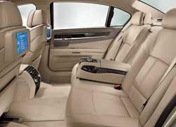 К услугам задних пассажиров – кресла с электрорегулировками, вентиляцией и массажером, двухзонный климат-контроль и собственный терминал системы iDrive.