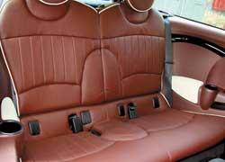 Хотя «клубная» дверь готова пропустить назад большую компанию, и места для нее в машине прибавилось (пространство для ног выросло на 8 см), но второй ряд по-прежнему рассчитан на двоих пассажиров (3-местный – опция).