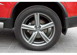 Вместо стандартных 235/65 R17 у версии Sport установлены колеса с большей шириной и меньшей высотой профиля шины 255/50 R19.