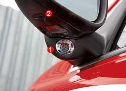 В корпусе зеркала размещены камера (2) системы BLIS и фонарь (1) подсветки.