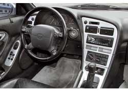 Посадка за рулем Celica кажется очень плотной – водителя по бокам «поджимают» спадающая под углом вниз центральная консоль и такой же формы подлокотник левой двери.