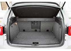 Специальные накладки закрывают пространство между полом багажника и сложенным сиденьем.