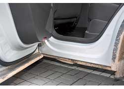 Двери заходят прямо под пороги, и после грязевых ванн последние остаются чистыми – не приходится вытирать грязь штанинами.