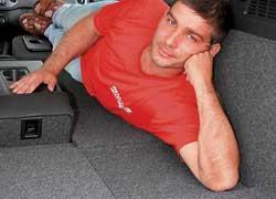 Сложив задний диван (либо часть) и спинку переднего кресла, можно перевозить грузы длиной до 2,5 метра.