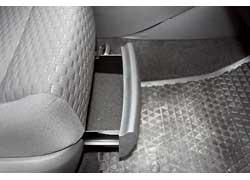 Под передними сиденьями – небольшие выдвижные боксы.