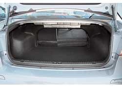 Багажник объемом 462 л маловат для седана D-класса, но грузовые отсеки ближайших конкурентов еще меньше.