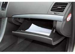 Объем перчаточного ящика позволяет разместить документы формата А4.