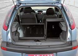 Багажник Corsa (С) объемом 260/1060 л – средний по сравнению с конкурентами. У задних сидений складываются только спинки.