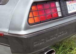 Задний бампер украшает декоративная выштамповка DeLorean.