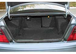 Багажник Accord – один из наименьших по сравнению с «одноклассниками» (всего 425 л). Его можно увеличить, сложив спинку заднего сиденья.