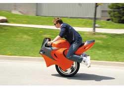 Канадец Бен Гулак решил усложнить задачу и изобрел мотоцикл с одним колесом под названием Uno