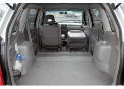 Если убрать все сиденья заднего ряда, то максимальный объем багажника Premacy получится намного больше, чем у конкурента – 2745 л против 1700 л у Opel Zafira.