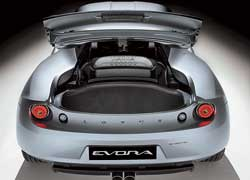 Полезный объем багажного отсека позади мотора составляет всего 160 литров. При езде вдвоем часть поклажи можно разместить на тесных задних сиденьях.