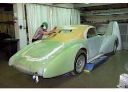 Купе Alfa Romeo 6C 2500 с алюминиевым кузовом ателье Pininfarina принадлежало известному итальянскому гонщику Нино Фарина. Модель воссоздается заново по фотографиям и техдокументации.
