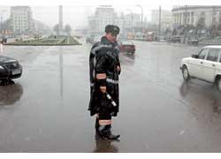 Плащ-палатка для плохих погодных условий (вверху) скоро будет заменена костюмом-дождевиком.