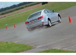 Поведение машины на высокой скорости довольно надежно. Но при отключенной системе стабилизации IS 250 готов показать свой заднеприводный нрав.