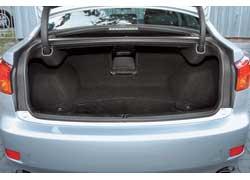 Багажник стал на 22 литра меньше в сравнении с моделью первого поколения. Для длинномеров по-прежнему есть лючок в салон.