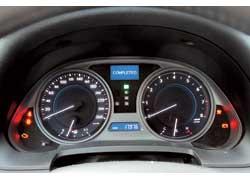 Интерьер выдержан в духе современных Lexus. Щиток приборов потерял экстравагантный вид старинного хронометра, зато легко читается.