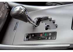 Еще один способ «пришпорить» IS 250 – перейти в ручной режим переключения (обозначен как S).