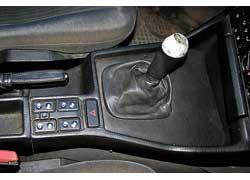 Со временем в МКП разбиваются втулки кулисы рычага переключения передач.