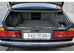 Большим грузовым отсеком отличается W126, хотя преимущество небольшое – 510 л против 500 л у Е32. Общий недостаток – большая погрузочная высота багажника.