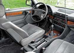 Интерьер «семерки» выглядит более оригинально, а довольно плотная компоновка места водителя напоминает о драйверском характере всех автомобилей марки BMW.