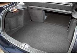 По сравнению с «одноклассниками» объем багажника лифтбека Laguna небольшой – 430 л против 500 л у Opel Vectra (C) и 470 л у Citroёn C5.