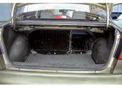 Багажник, по нынешним меркам, не особенно велик (320/960), зато спинка сиденья складывается по частям.