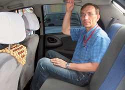 На заднем сиденье не очень просторно, но пассажирам среднего роста здесь вполне удобно.