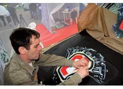 Тот, кто успел вовремя подставить капот, в ходе праздника получил аэрографию с логотипом «Первого автомобильного» телеканала.