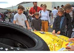 Малолетние посетители шоу тоже соревновались – они «тюнинговали» купе BMW при помощи самоклеящейся пленки.