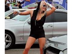 Самые предусмотрительные участники форума привезли с собой не только свои автомобили, но и девушек с шампанским.