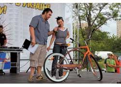 Для начала публику развлекали показом тюнингованных велосипедов. Многим велобайкам аплодировали не меньше, чем иным автомобилям.