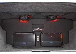 В багажнике все чином чином: и компоненты на виду, и вещи есть куда загрузить.