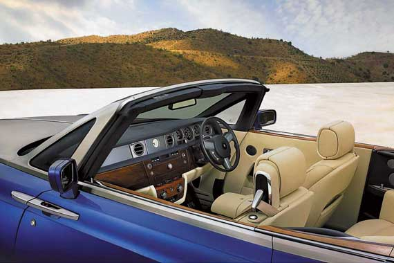 На фоне шедевра от Mansory салон стандартного Drophead Coupe уже не выглядит столь впечатляюще.