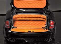 Создатели не оставили без внимания даже багажный отсек Drophead Coupe. По качеству отделки он не уступает салону стандартного RR.