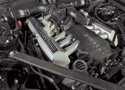 Крышка двигателя и усиливающие жесткость распорки изготовлены из углепластика.